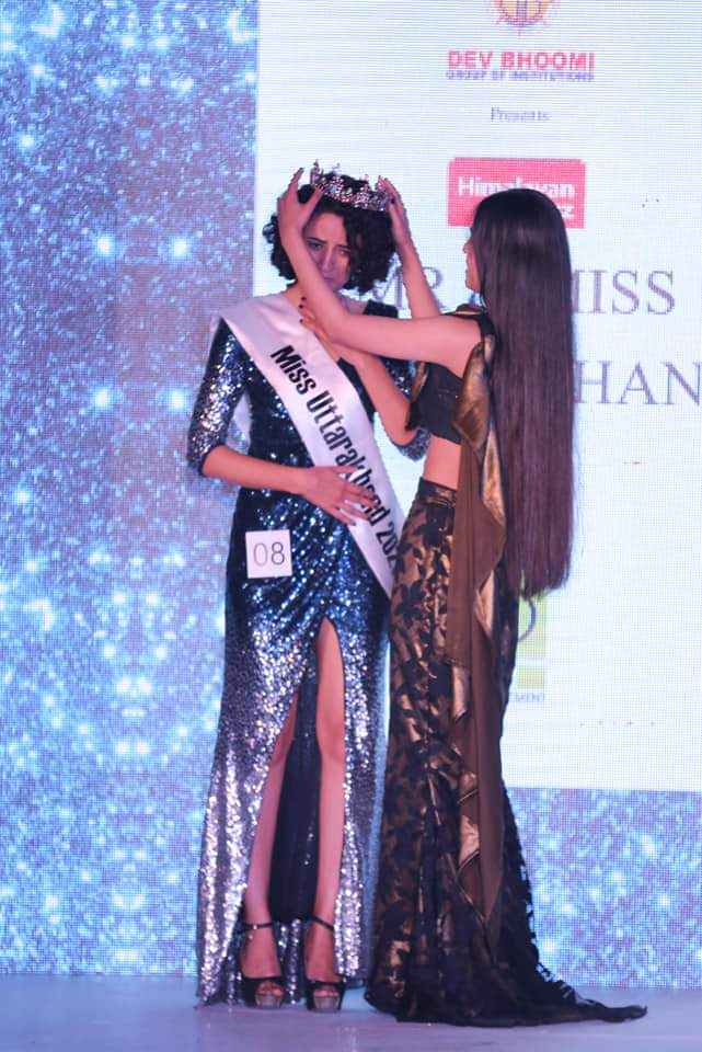 Shalini Dobhal being crowned by Himalayan Buzz Miss Uttarakhand 2020 Monal Raj Bisht